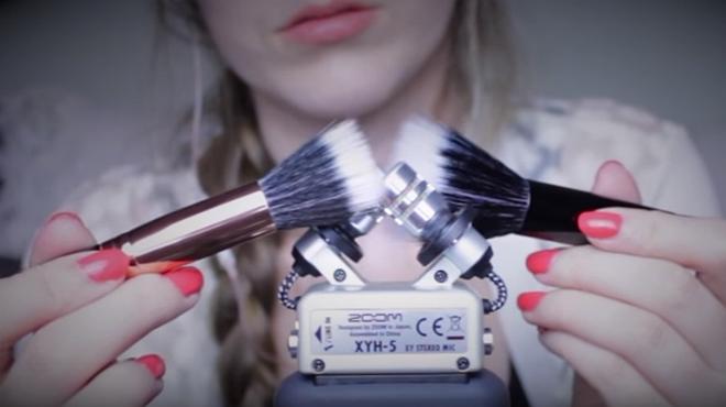 ASMRMagic es una de las 'youtubers' más prolífica y creativa con sus brochas de maquillaje de pelo suave.