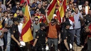 Varios centenares de ultras asedian la asamblea prorreferendum de Podemos, en Zaragoza.
