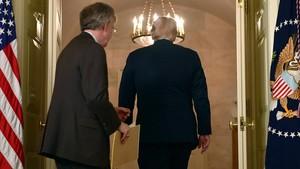 Bolton y Trump, tras una comparecencia en la Casa Blanca sobre Siria, el viernes.