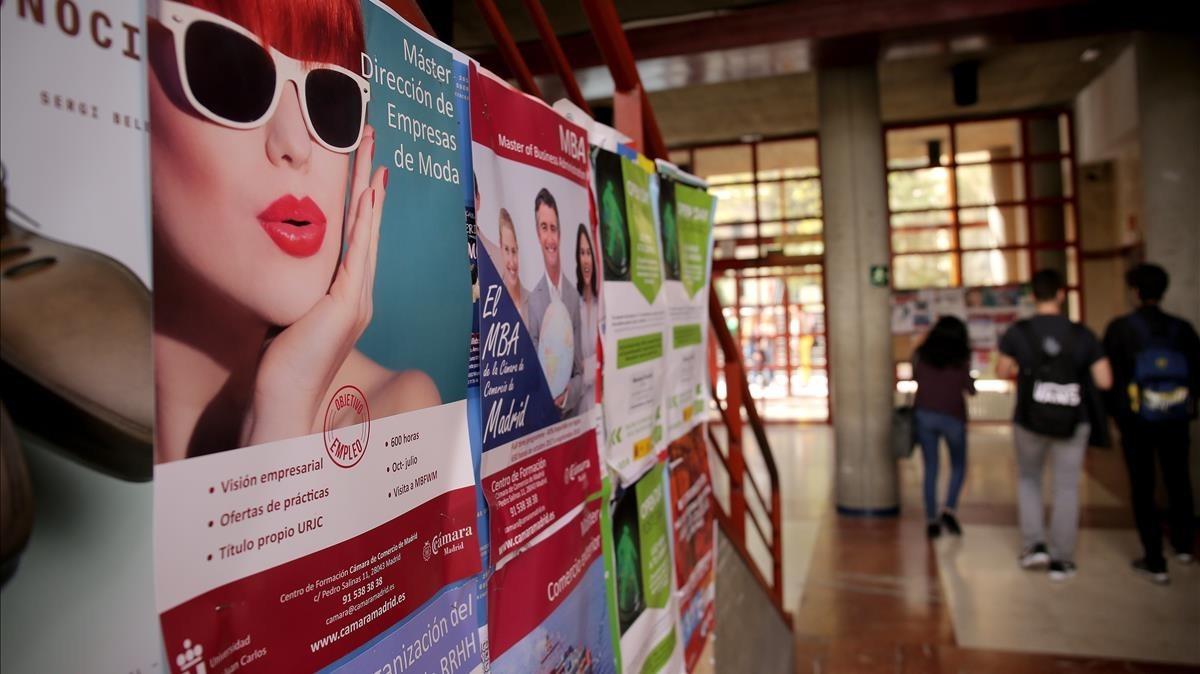 Carteles de promoción de másteres en el aulario central del campus de Vicálvaro (Madrid) de la Universidad Rey Juan Carlos.
