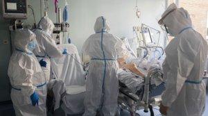 Varios sanitarios del Hospital Clínico de València atienden a un enfermo de covid ingresado en la uci, el pasado 3 de junio.