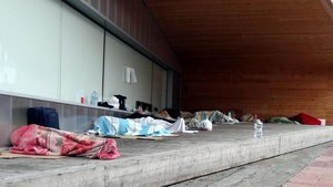 Varios temporeros duermen en la calle en el centro histórico de Lleida.