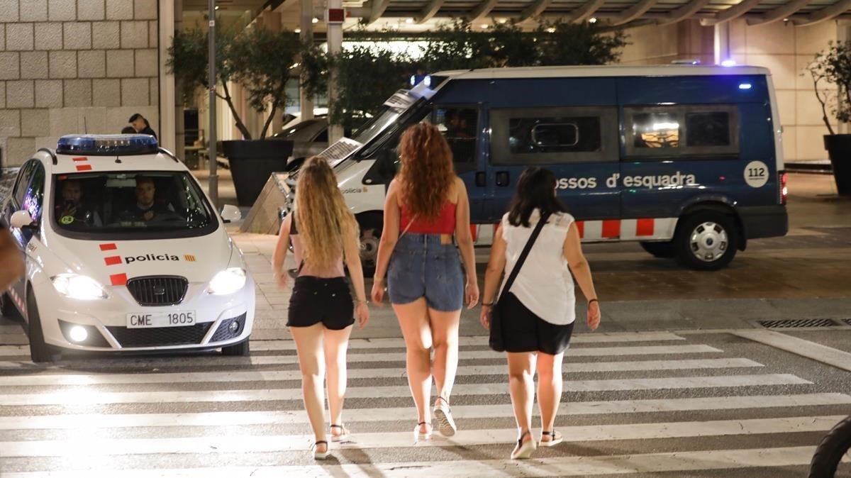 Vehículos de los Mossos en el Port Olímpic, este martes.