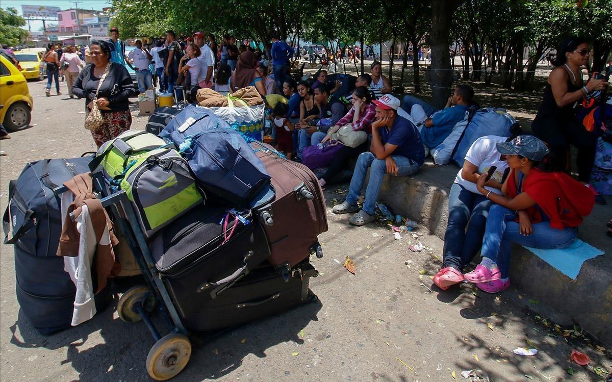 Venezolanos esperando entrar en Colombia.