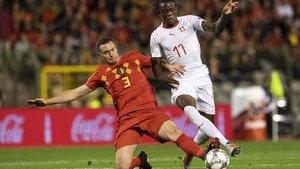 Vermaelen trata de interceptar una acción de Fernandes en el Bélgica-Suiza.