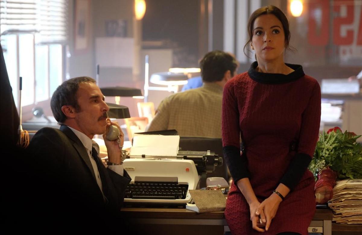 La actriz Verónica Sánchez, en una secuencia de la serie 'El Caso', junto a Fernando Guillén Cuervo.