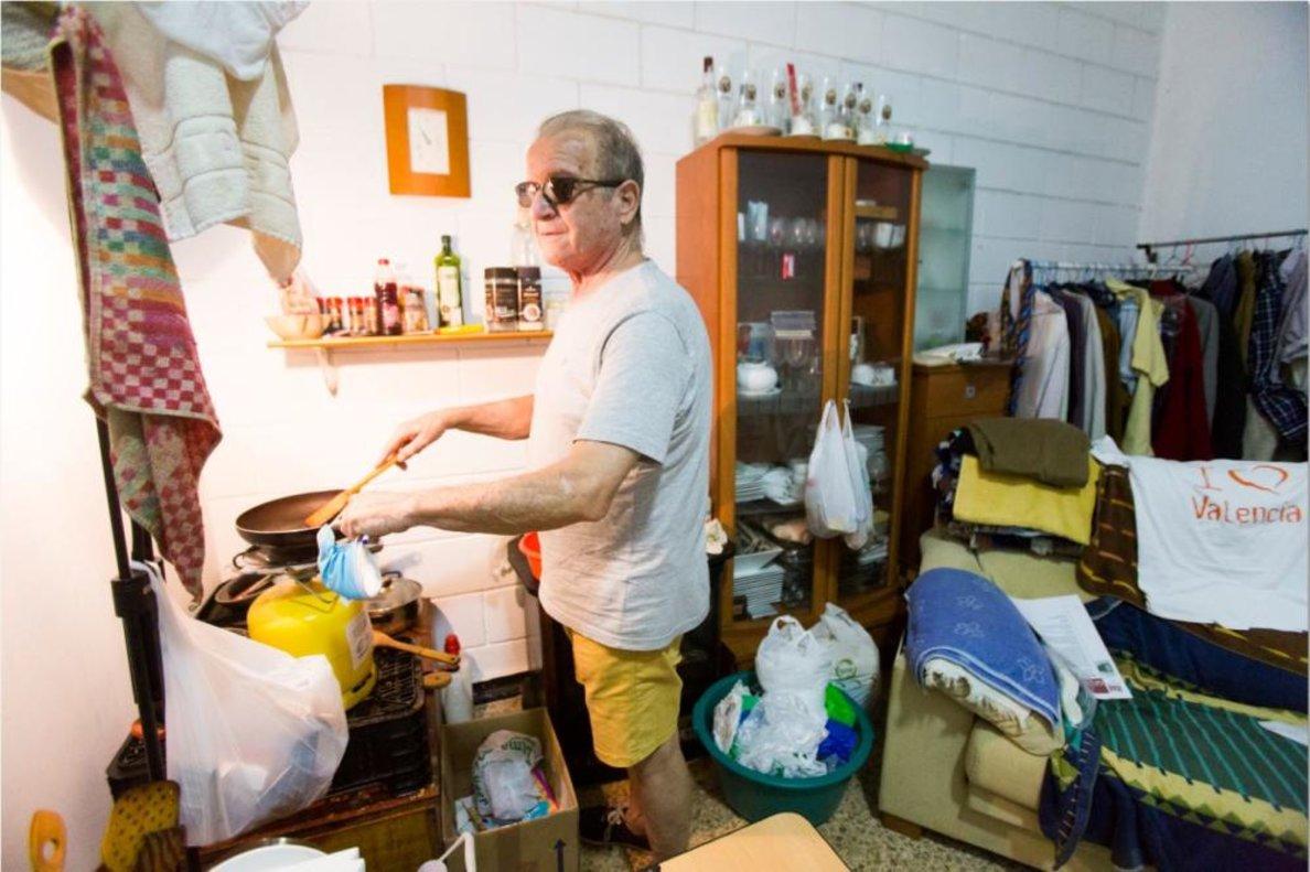 Vicente Torajada vive en 16 metros cuadrados en València