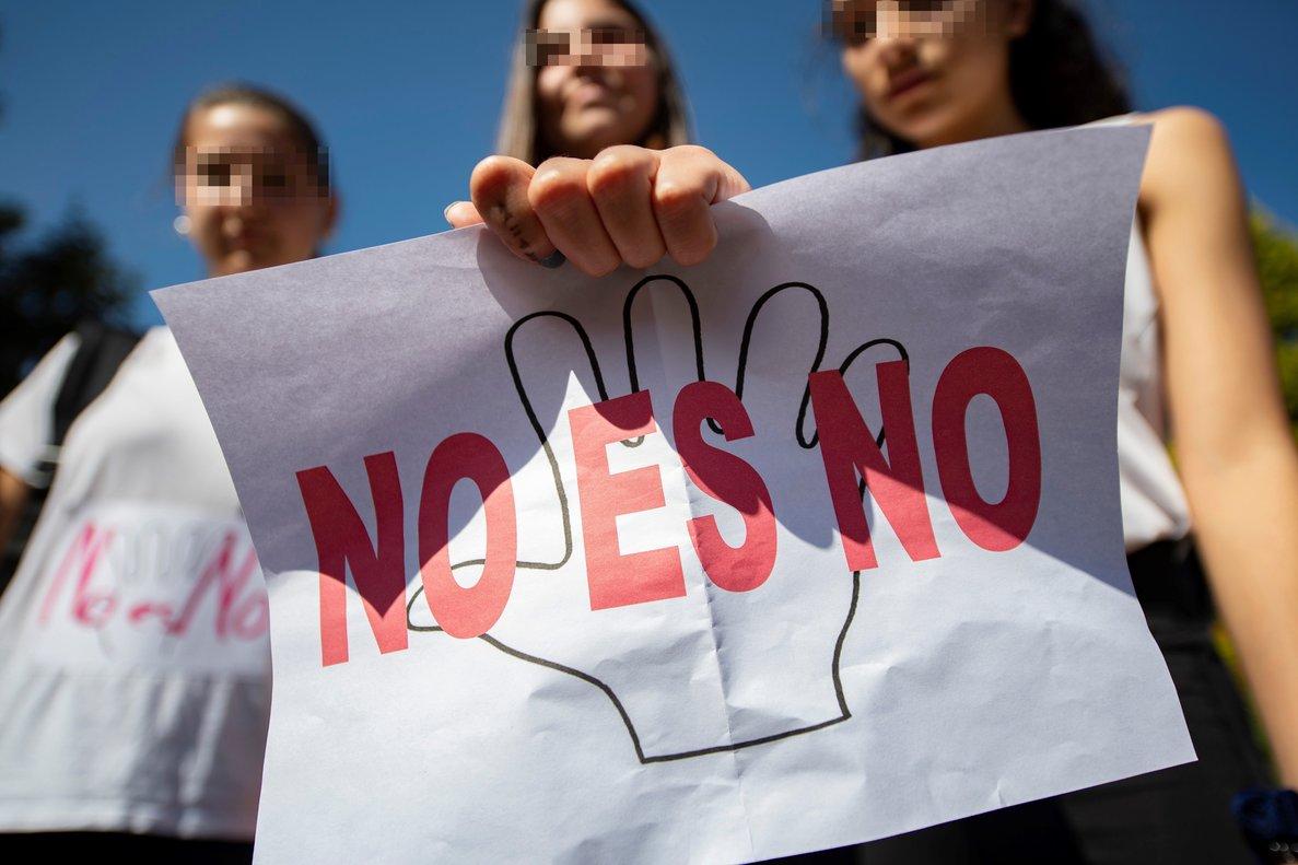 Tres chicas exhiben un cartel tras la sentencia contra 'La Manada', en una imagen de archivo.