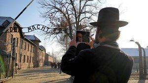 Un visitante se hace un 'selfie' a la entrada del campo de exterminio de Auschwitz.
