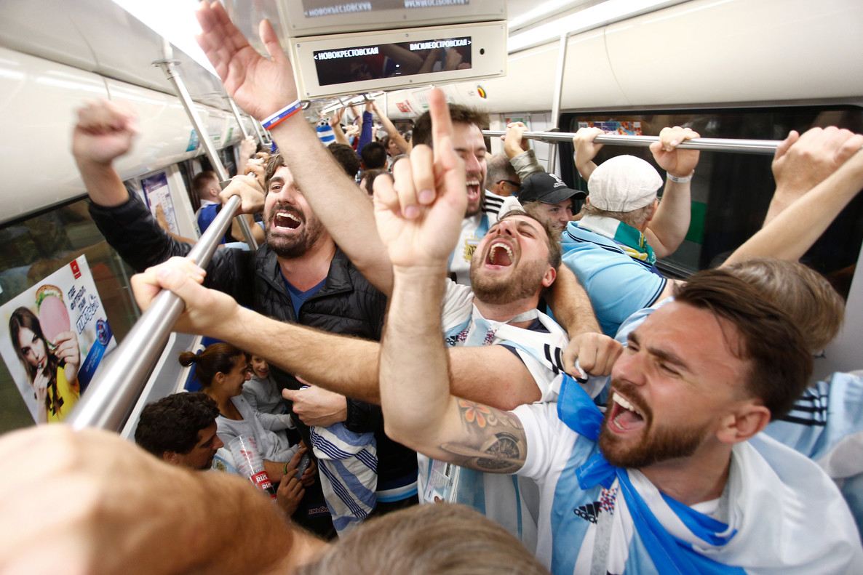 Hinchas argentinos celebran el triunfo tras abandonar el estadio de San Petesburgo.