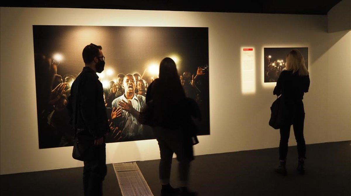 Visitantes en la exposición World Press Photo 2020 de Barcelona.