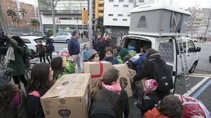 Los niños de la escuela La Llacuna de Poblenoullenan la furgoneta de cajas para los campamentos de refugiados de Serbia.
