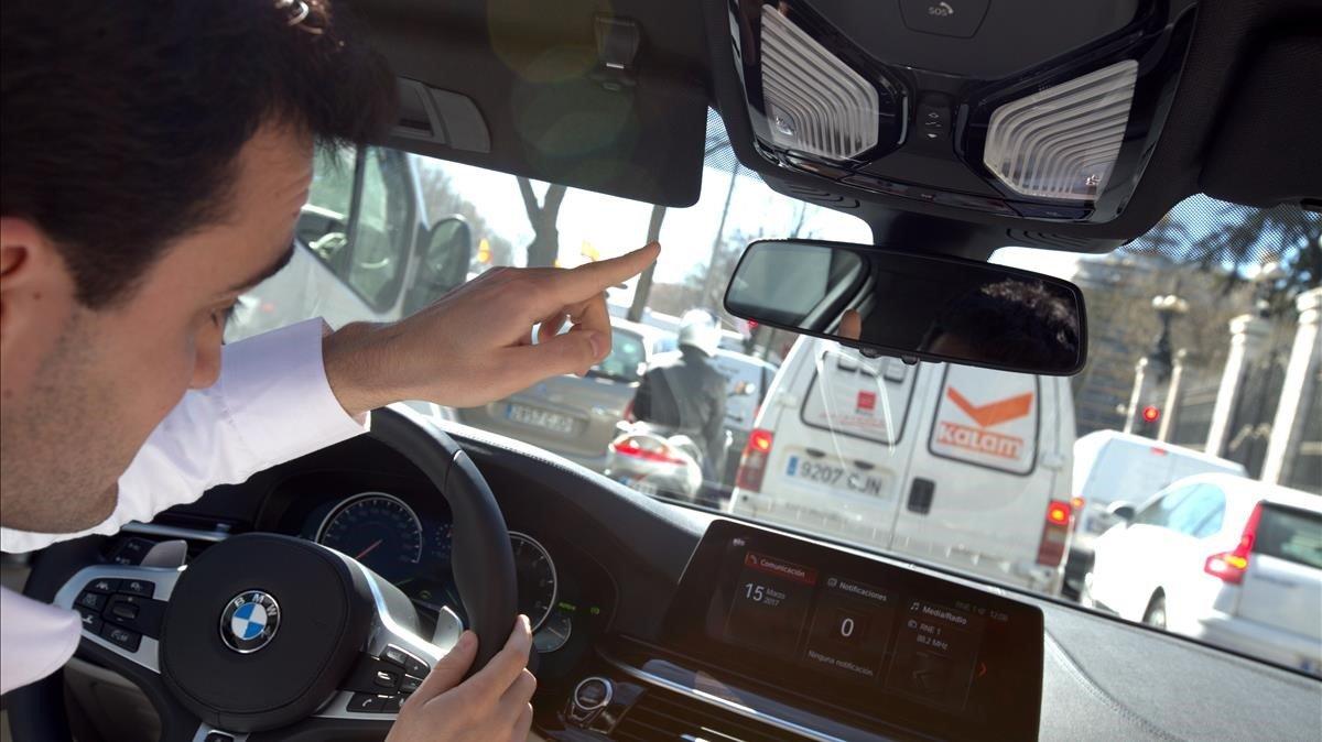 Un concdutor viaja en un vehículo de Volvo equipado con todos los nuevos sistremas de seguridad.