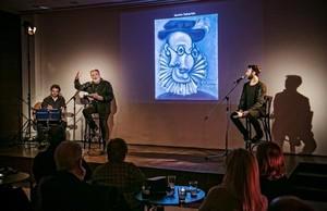 Enric Majó, izquierda, y Dafnis Vaduz, recitando las vidas de los amigos catalanes de Picasso, el pasado domingo, a la hora del vermut.