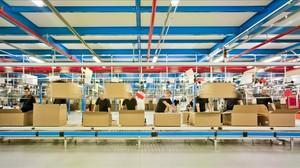Preparación de pedidos en el centro logístico de Inditex en Zaragoza.