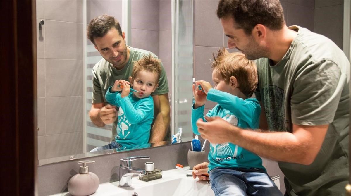 Àlex Martin acompaña a su hijo Alan mientras se cepilla los dientes.