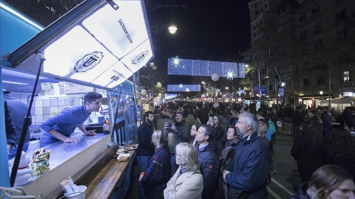 Zona de food trucks en el paseo de Gràcia, en la Shopping Night.