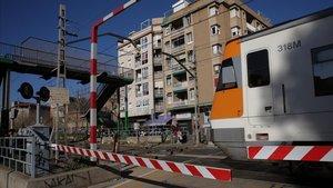 Paso a nivel en el centro de Sant Feliu de Llobregat, que desaparecerá dentro de cuatro años.