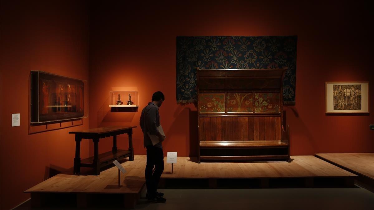 Algunos de los muebles que William Morris y sus amigos manufacturaron para la Red House, en la exposición del MNAC.