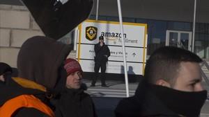 Trabajadores manifestándose a las puertas del centro de San Fernando de Henares (Madrid).
