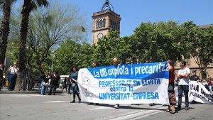 Pancartas en una manifestación de trabajadores de la UB el pasado mayo.