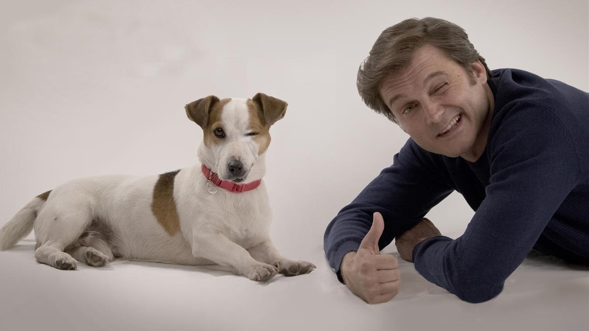 El perro Ramsésy el actor Salva Reina, protagonistas de la comedia de TVE-1 Sabuesos.