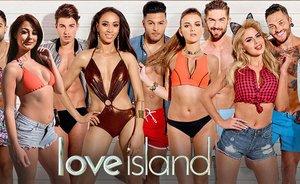 Varios de los participantes de 'Love Island', en una imagen promocional del controvertido 'reality show' británico, con Mike Thalassitis en el centro.