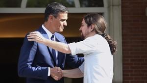 Sánchez mira a l'esquerra