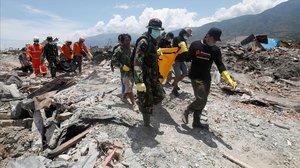 Rescate en Indonesia tras el tsunami.