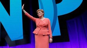 Nicola Sturgeon saluda a los congresistas del PartidoNacional Escocés, el 9 de octubre en Glasgow.