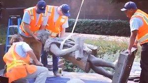 Operarios de Los Ángeles retiran la estatua de Colón.