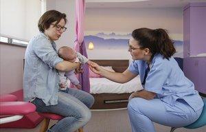 Els hospitals catalans estrenen sales per parir 'com a casa'