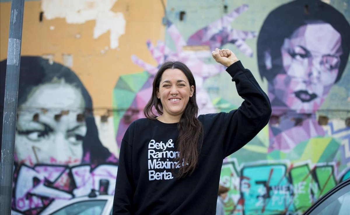 Daniela Ortiz, frente al mural de Carmen Amaya en El Clot.