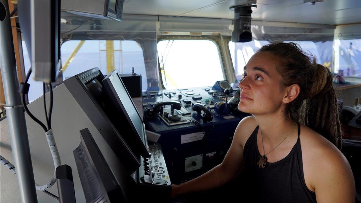 La capitana del 'Sea Watch' es querella contra Salvini per haver-la posat en perill