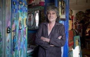 Joan Vinuesa, en su colorida casa-estudio del barrio de la Ribera.