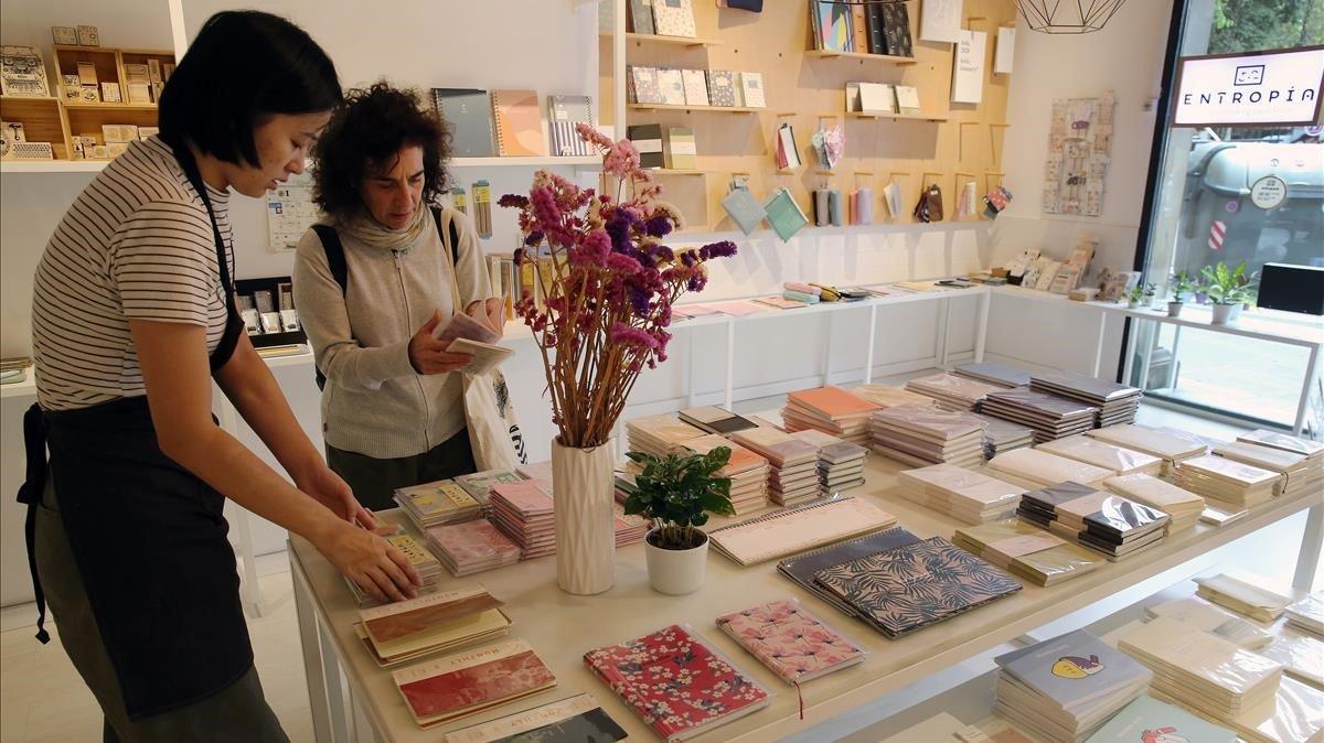 Exposición de artículos en la papelería Entropía.