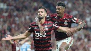 Pablo Marí celebra el gol logrado ante Gremio.