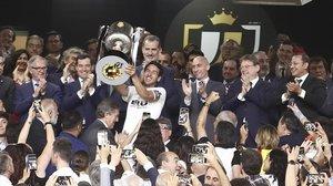 Parejo levanta la Copa del Rey que el Valencia le ganó al Barça la temporada pasada en Sevilla.
