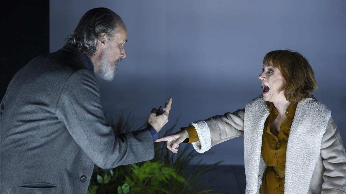Francesc Garrido y Rosa Renom, en una escena de 'La casa de les aranyes', en la Sala Petita del TNC.