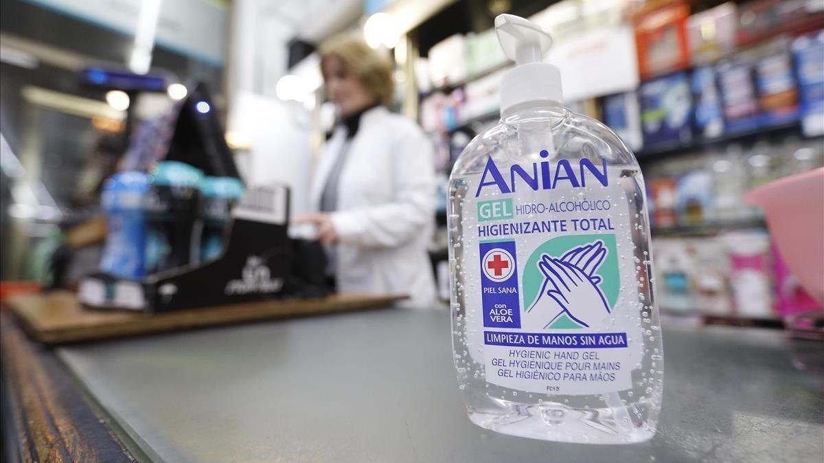 Un gel desinfectante en una oficina de farmacia este martes por la tarde.