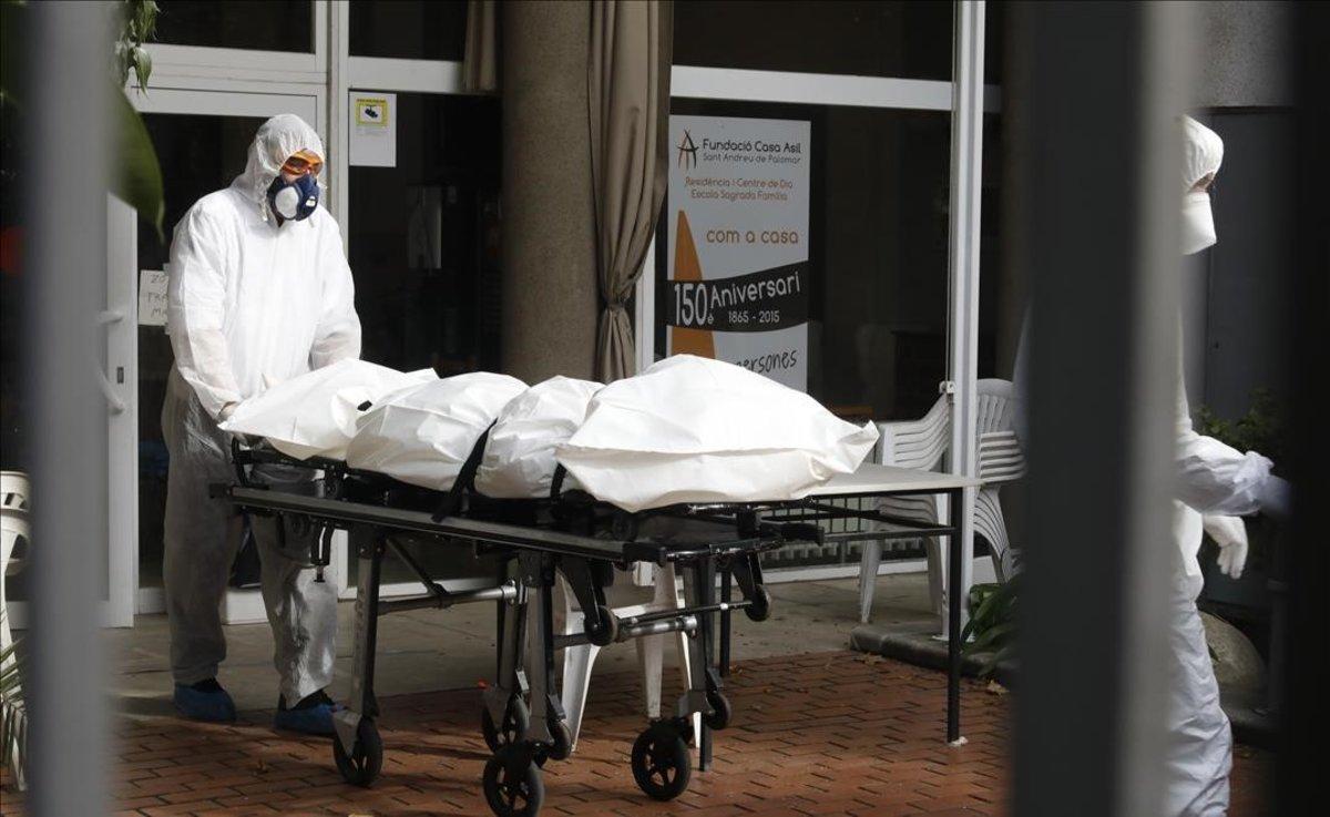 Servicios funerarios retiran dos cadaveres de un centro geriátrico de Barcelona, el 2 de abril.