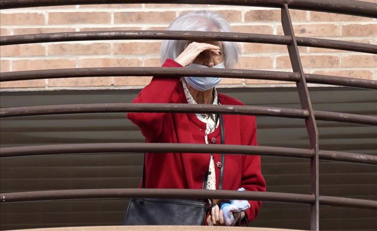 Una mujer en un residencia de ancianos de Madrid.