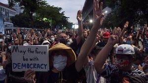 El Govern tailandès retrocedeix davant les protestes prodemocràtiques i aixeca l'estat d'emergència