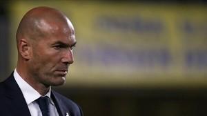 Zidane observa el juego del Madrid en Las Palmas.