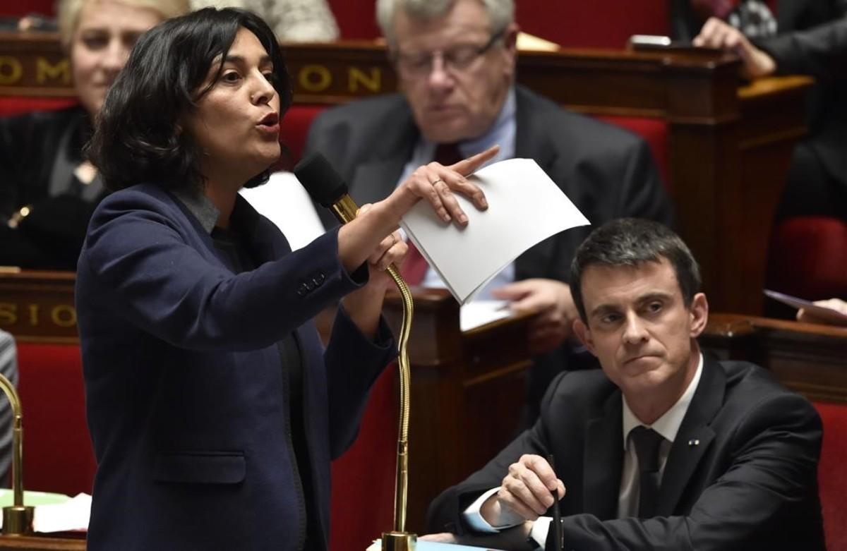 El primer ministro francés, Manuel Valls, (derecha), con la ministra de Trabajo, Myriam El Khomri.