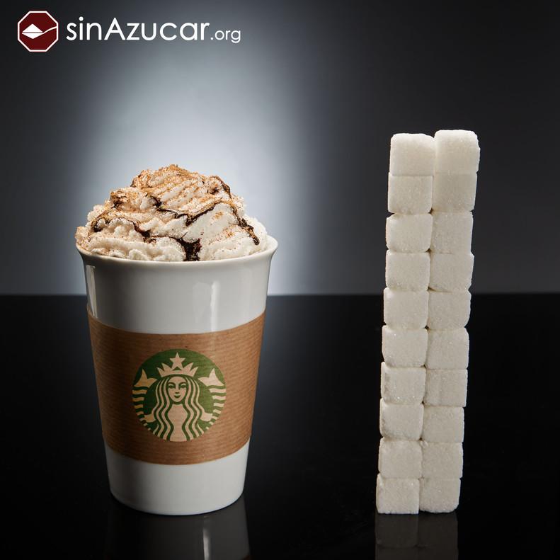 Un café del Starbucks (variedad Mocca Blanco Venti, con nata y sirope de chocolate) tiene 80 gr de azúcar, lo que equivale a 20 terrones. ¡10 veces más de lo habitual en un café!