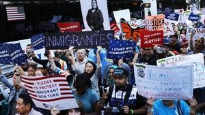 Cientos de manifestantes en una marcha a favor del programa DACA, el 30 de agosto, en Nueva York.