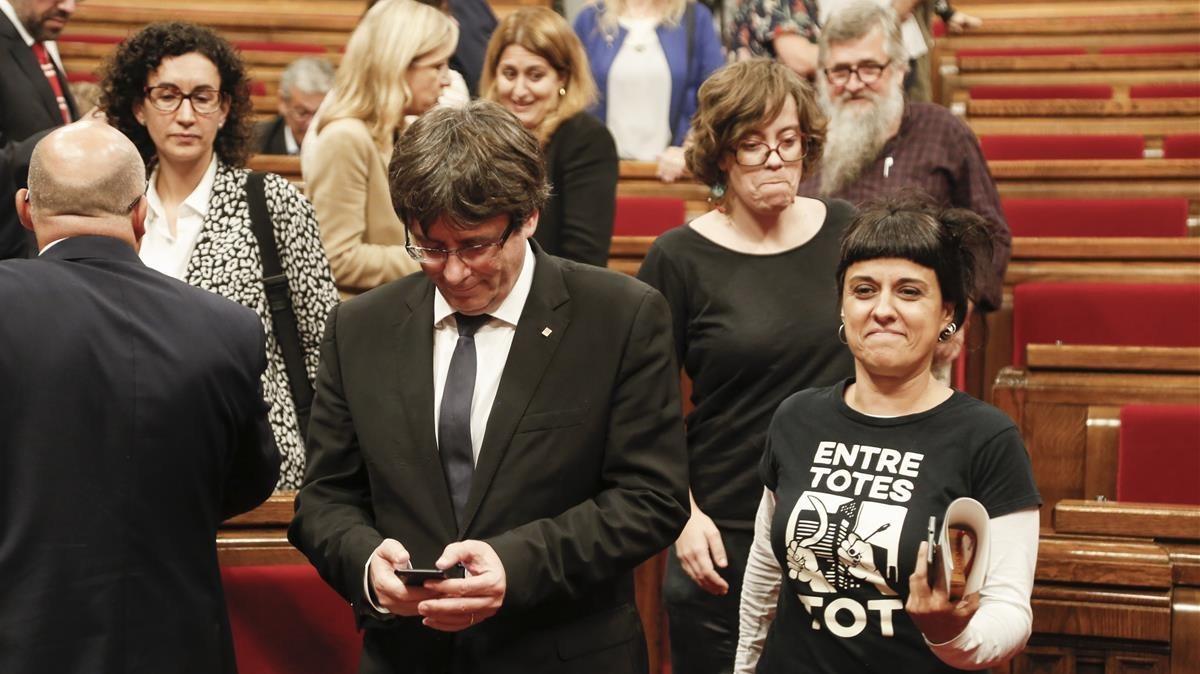 Carles Puigdemont, president de la Generalitat, junto a Anna Gabriel de la CUP tras el pleno del Parlament.