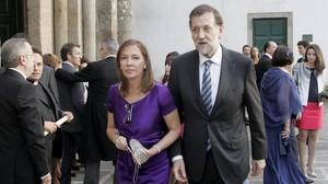 Mariano Rajoy y su esposa, Elvira Fernández, a la salida de la iglesia de Santa María del Sar, en Santiago, tras una boda.