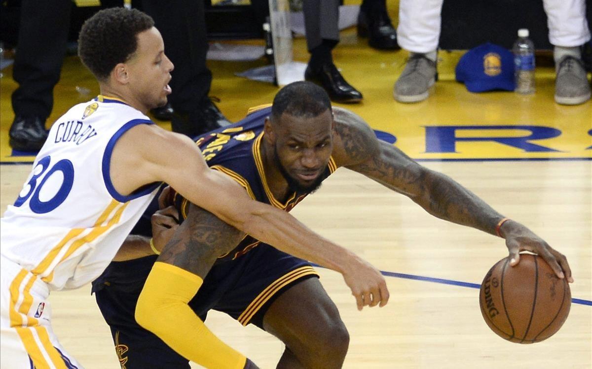 Lebron James y Stephen Curry pugnan en uno de sus múltiples pulsos en la NBA